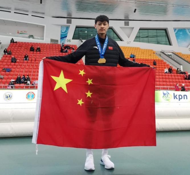 原创新突破!20岁小伙横空出世,KO奥运冠军斩获历史性金牌,高举国旗