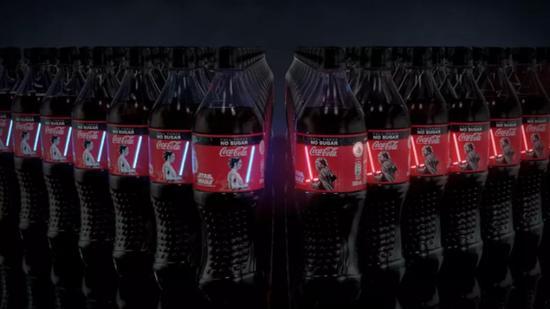 可口可乐星战特别版来了:OLED光剑瓶设计,一按就亮