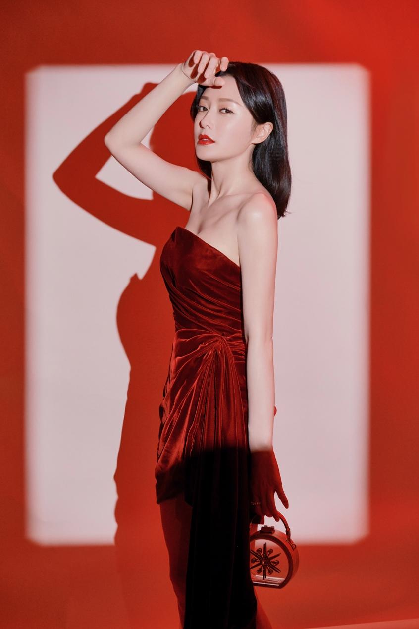 秦岚酒红丝绒裙高贵优雅 长腿美背演绎冬日时尚