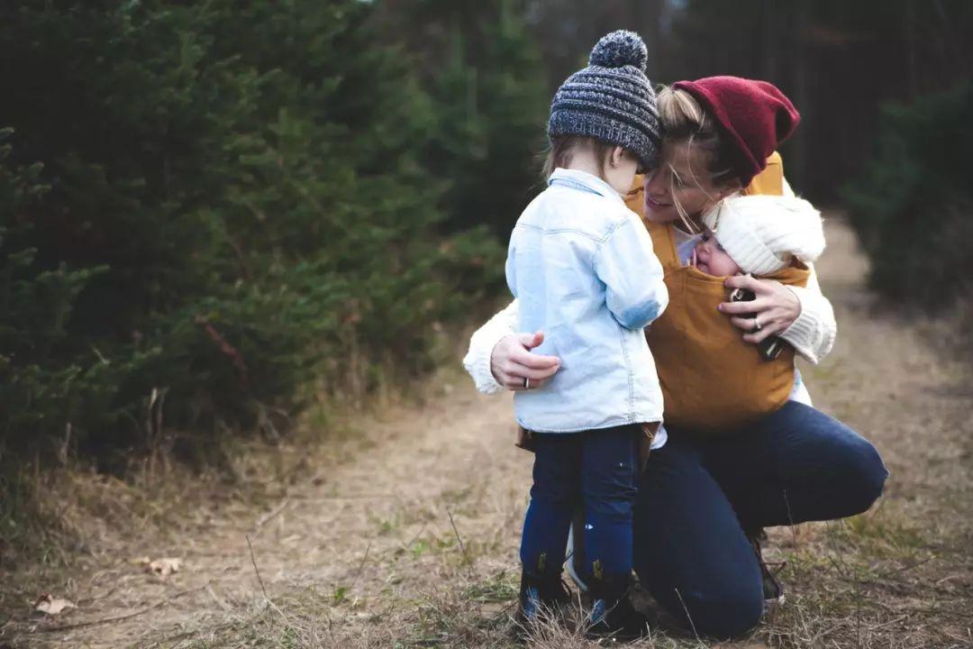 """当孩子要""""抱抱""""时,他实际在要求什么?"""