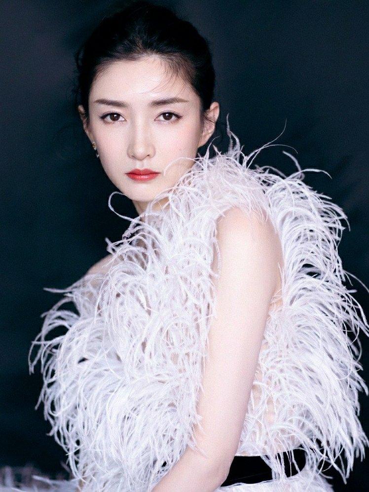 江疏影白色羽毛裙出席活动,仙气十足,红唇尽显魅力