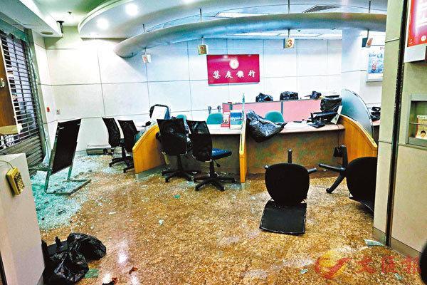 <b>荒唐!香港暴徒又砸银行商铺 狡辩称自己被假消息抹黑</b>