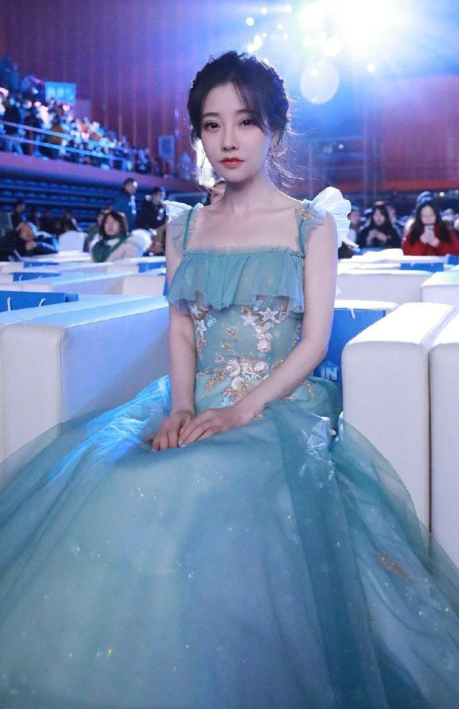 冯提莫打破明星和网红之间的差距,穿纱裙参加活动,美到认不出!