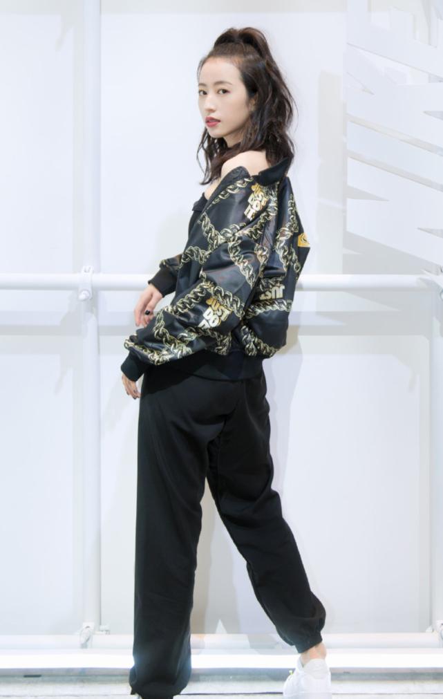 """有种挑战叫周雨彤穿""""水银耐克"""",看着很非主流,穿上效果却极好"""