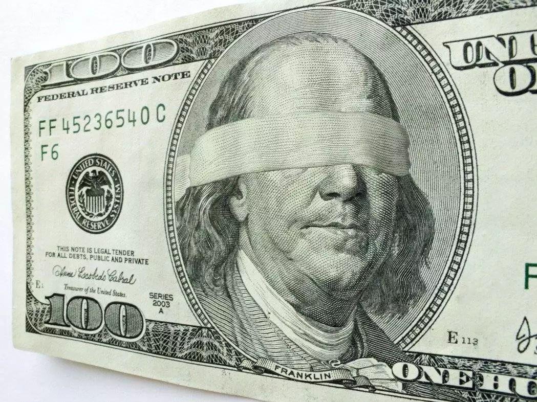 为了击败特朗普,他狂砸美元500亿