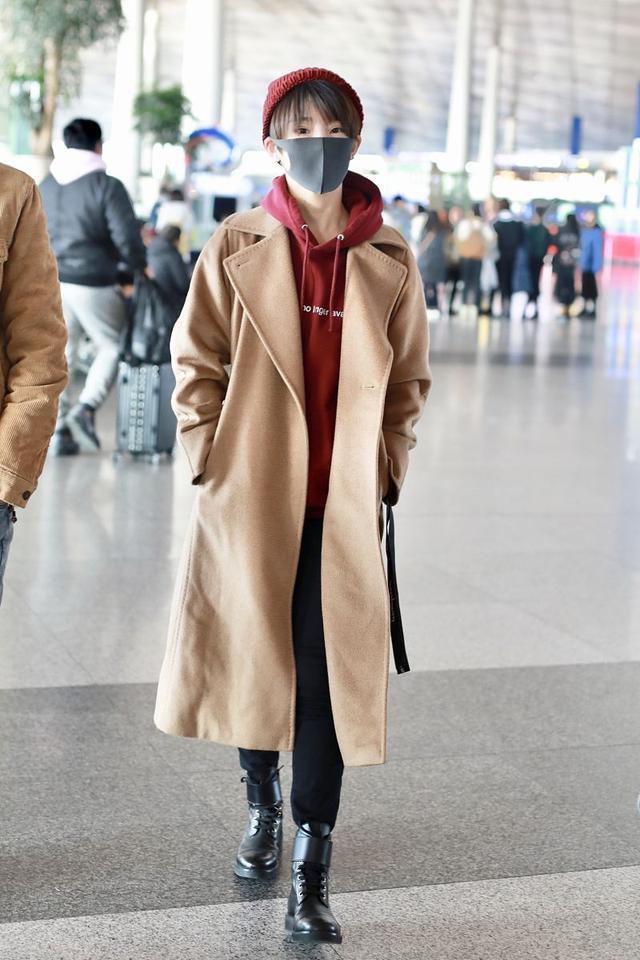 谢楠连续两次走机场,都穿了这件毛呢大衣,内搭连帽卫衣很时髦!_感觉