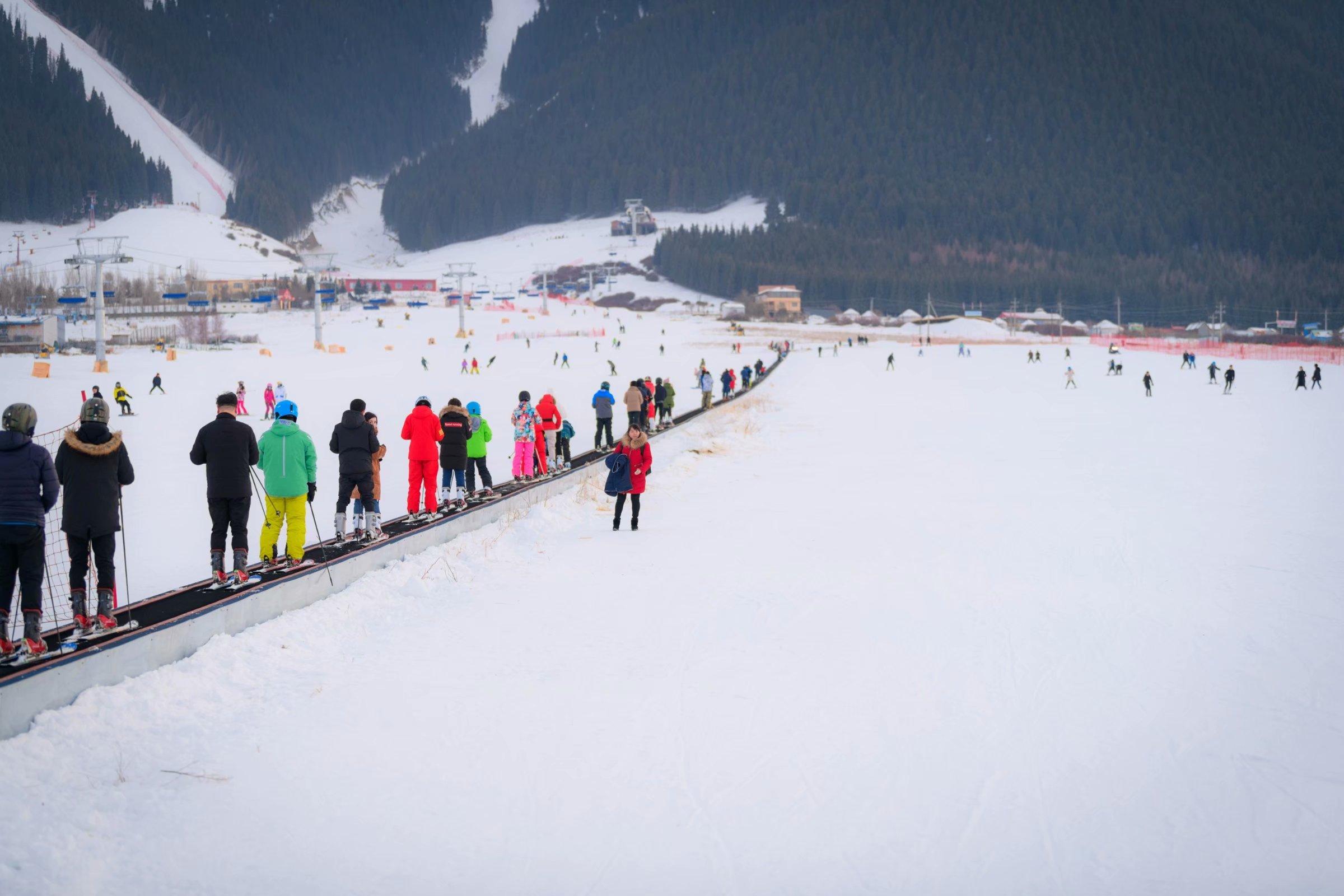 坐落在2500米天山山脉的国际滑雪场,新疆丝绸之路滑雪场