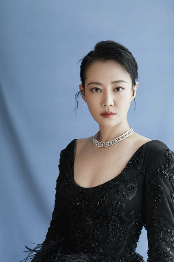 36岁谭卓剪齐刘海扮少女,一袭黄裙清新优雅,把蛇纹踩脚下够霸气_电影