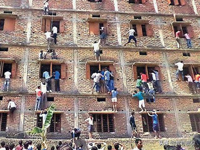 印度高考乱象:家长爬大楼给孩子递纸条,老师防作弊给学生套纸箱
