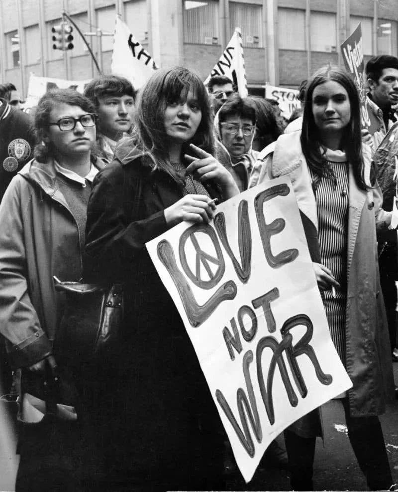 1967年,嬉皮士们聚集在旧金山,呼吁和平,反对越南战争