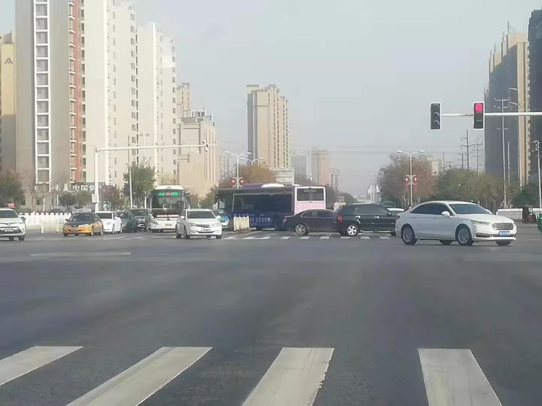 突发车祸!商丘一快客车冲撞护栏,波及对向车辆,一定要注意行车安全!
