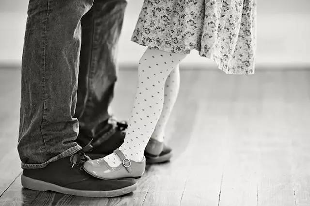 """单身爸爸与3岁女儿的""""结婚照"""",让泪水变成最动人的笑容!文化,历史!"""