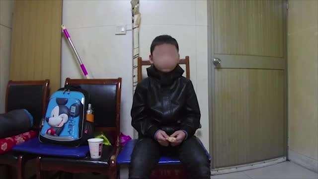 10岁男孩不写作业老师告状 被父亲扔在火车站乞讨