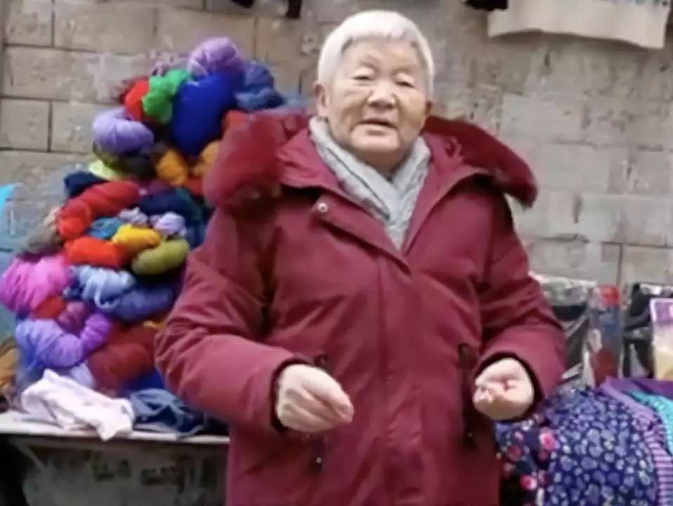 贵州一白发老人摆摊,赚的钱却瞒着子女都给了陌生人……