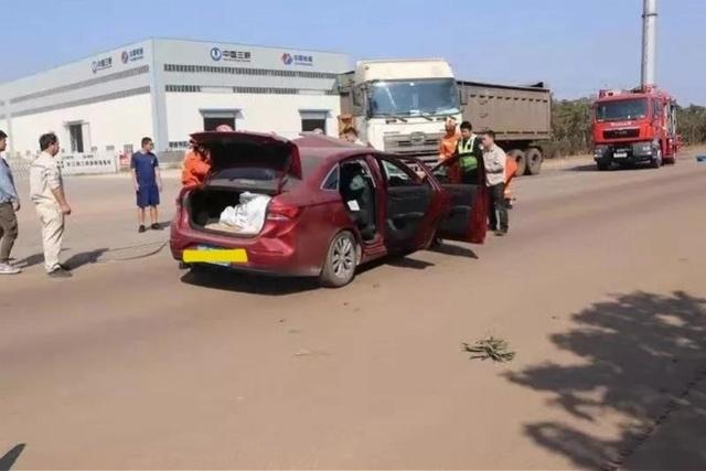 阳江交警通报一轿车与重型牵引车相撞!轿车后排一名乘客当场死亡