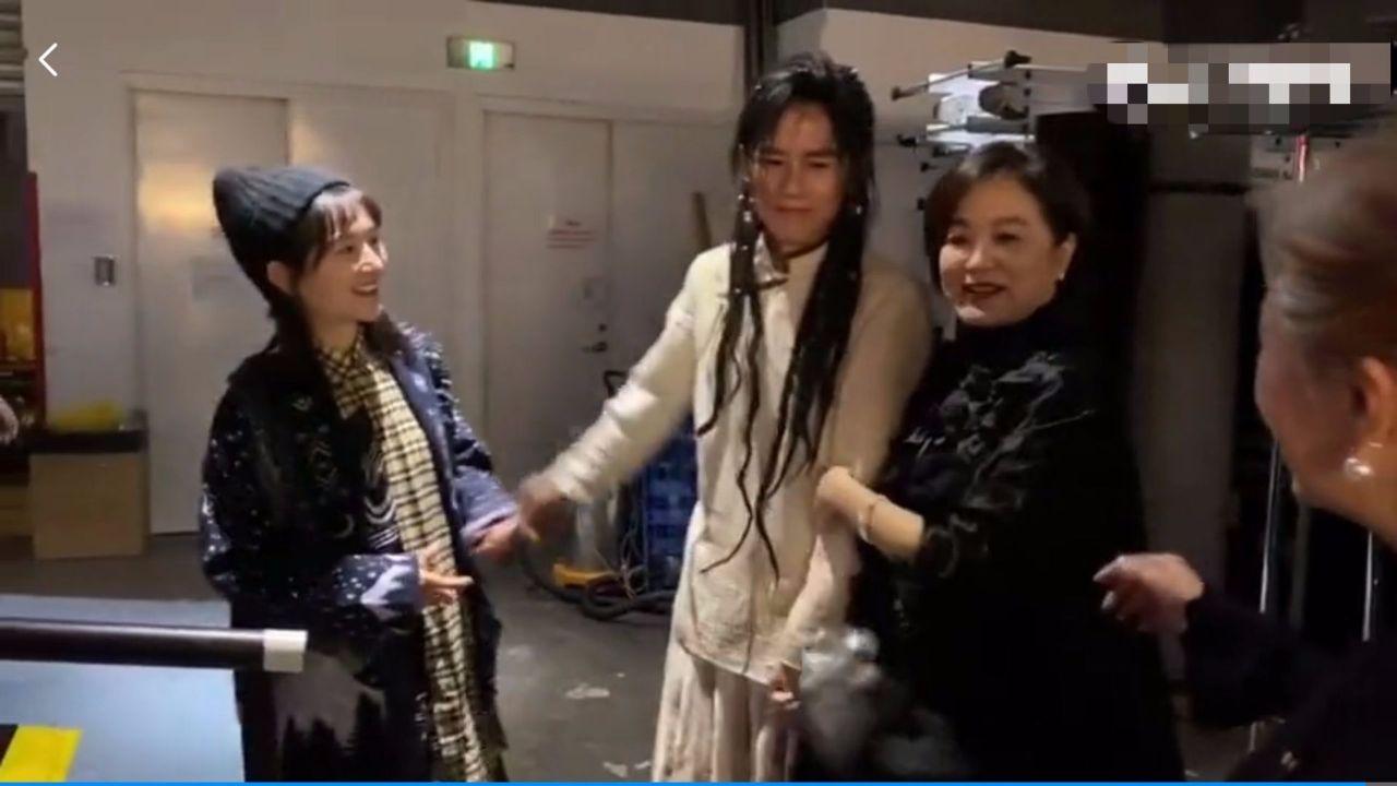 林青霞后台跟谢娜夫妇合影,没修图气质这么好,穿着普通又大气!_感觉