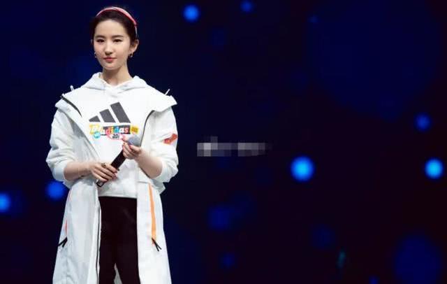 刘亦菲穿运动装亮相,清纯甜美如大学生,杨颖却像在装嫩!_感觉