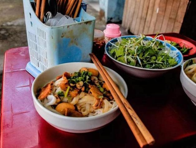 为什么中国人吃饭,筷子不能插饭上?而把筷子摆碗上就代表吃完了