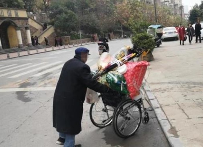 父爱如山!七旬老人推轮椅卖破烂只为减轻儿女负担