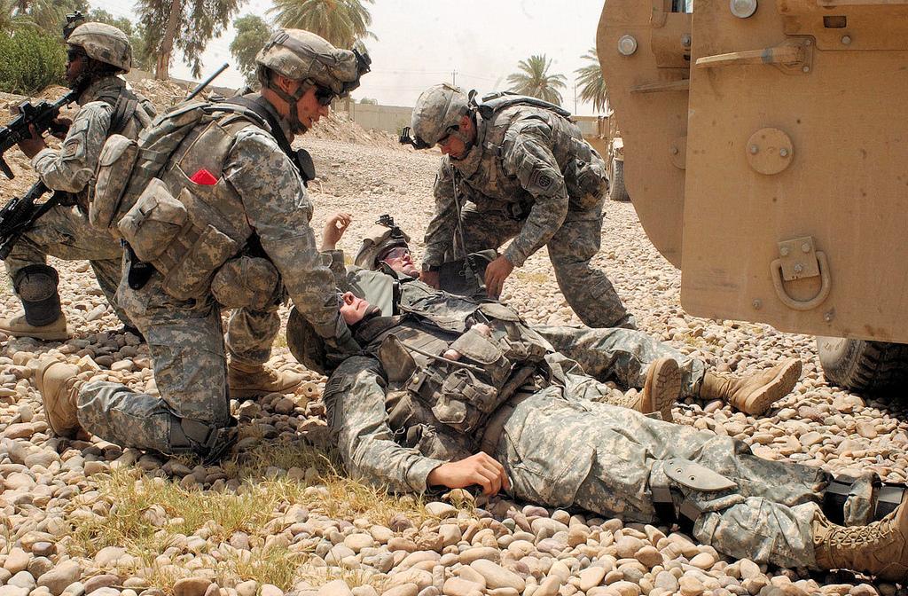 美军遇炸弹袭击,基地大门被直接击中,专家:美军的时间不多了