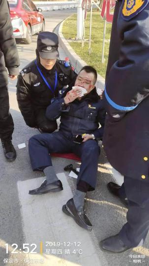 """河北保定一運政人員執法時被黑車撞傷 肇事者遭""""全城通緝"""""""