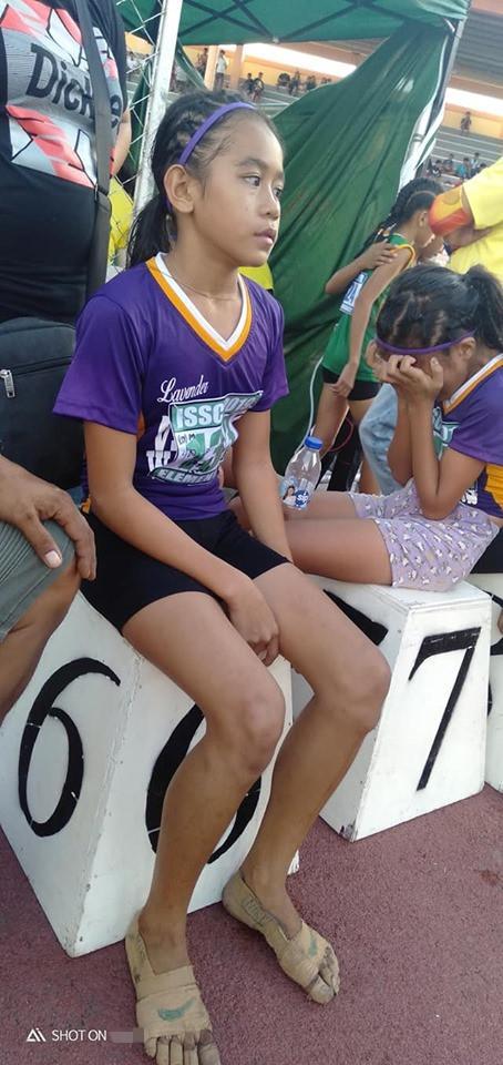 菲律宾女孩没钱买跑鞋,用绷带裹脚参赛,拿3块金牌!