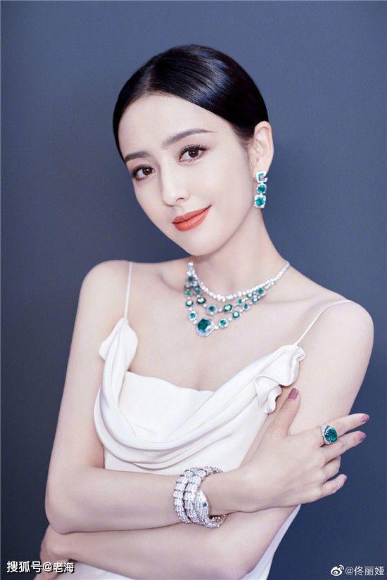 35岁佟丽娅晒自拍照,打扮似清纯高中生,手背拉低颜值!