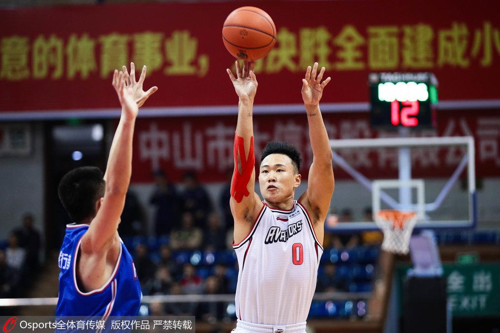 深圳小将进步神速 贺希宁砍25分成球队最稳得分点