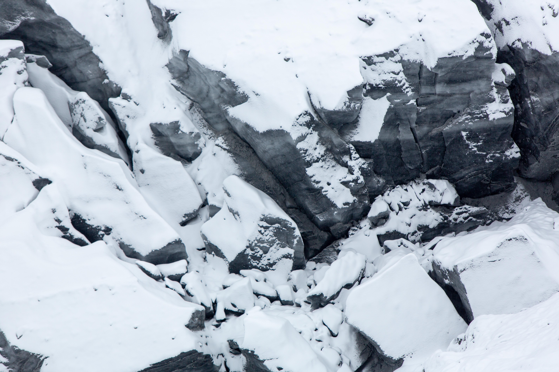 中国唯一的黑色冰川,每年都会雪崩,场面十分壮观