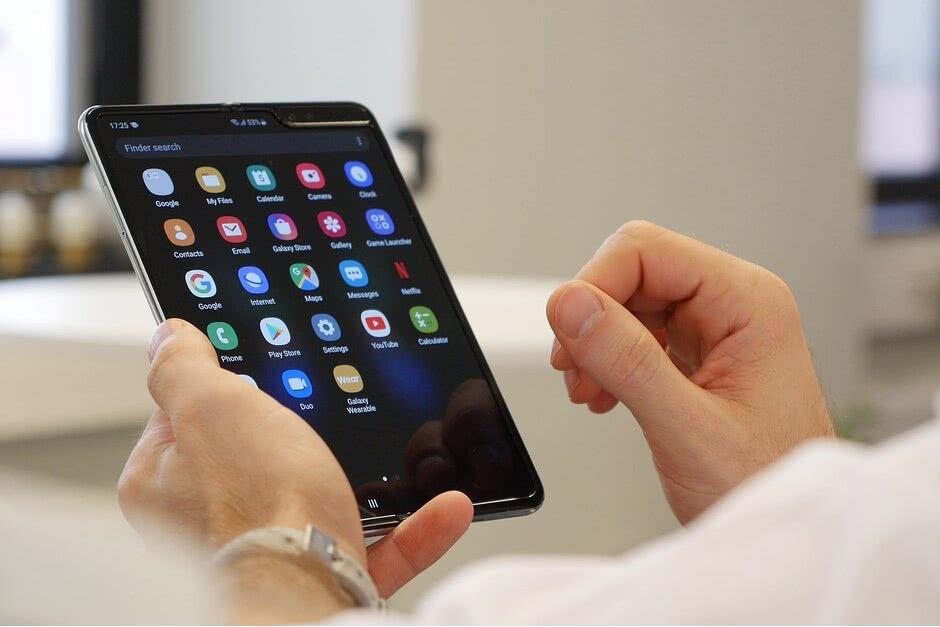 三星Galaxy Fold售出百萬臺,明年推出至少兩款折疊屏新機