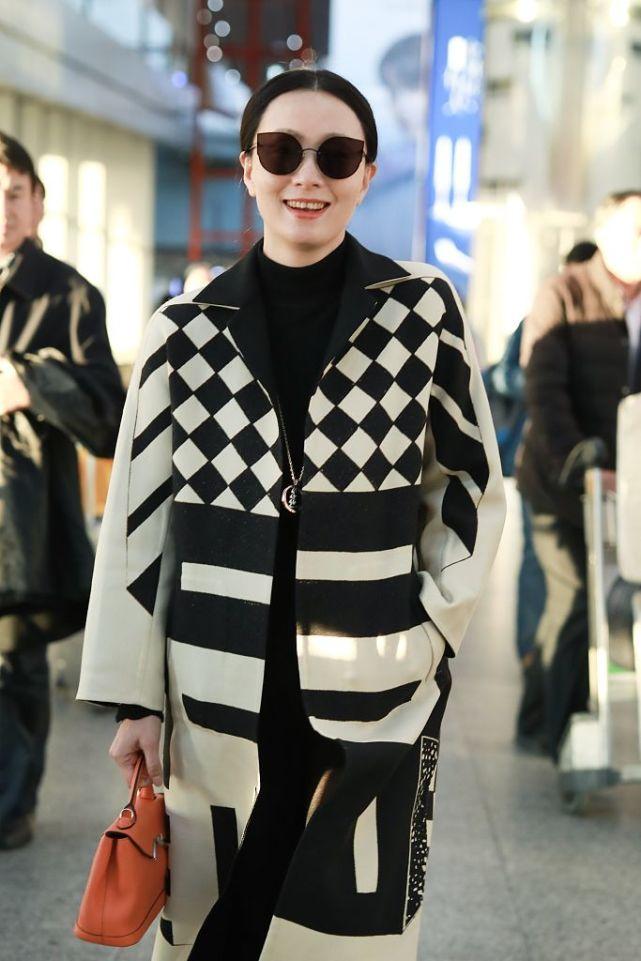 陶虹几次穿大衣走机场,内搭普通又俗气,但就是很优雅漂亮!_衣服