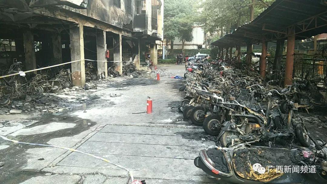 惨烈!小区内凌晨失火,几十辆电动车被烧毁,7辆小轿车被波及
