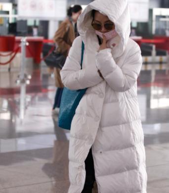 许晴穿白羽绒服气质高级,但看到她素颜的脸,终于相信她50了!_时候