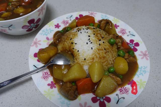 吃鸡肉咖喱要配上一大碗米饭,有肉有菜有滋味,太香了!