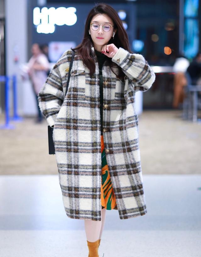 江疏影真抗凍,雪天光腿穿大衣,配17萬挎包真優雅,有錢就是任性