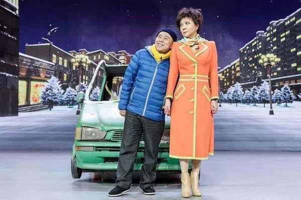 62岁老艺术家潘长江现身机场,一身朴素黑衣无人问津,画面太心酸