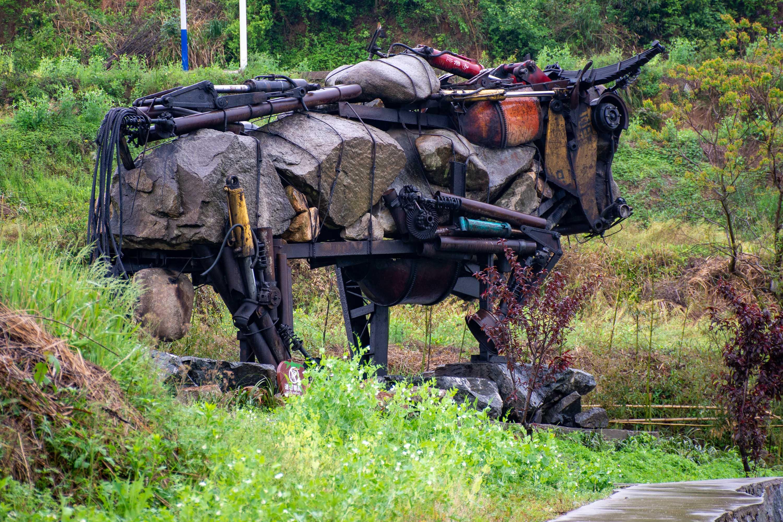 """废弃吊车打造出的山村图腾好""""牛"""",有人欲出三十万买,村民不卖"""