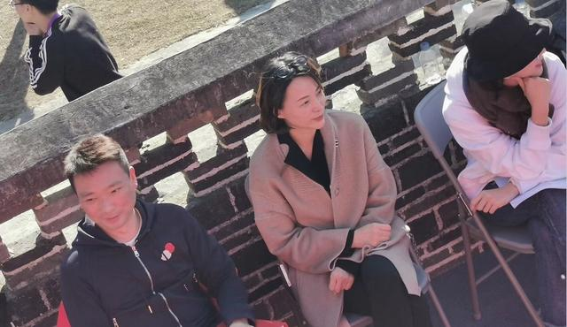 董卿在台下气质也好,呢大衣里套西装,俗套却很大气优雅!_黑色
