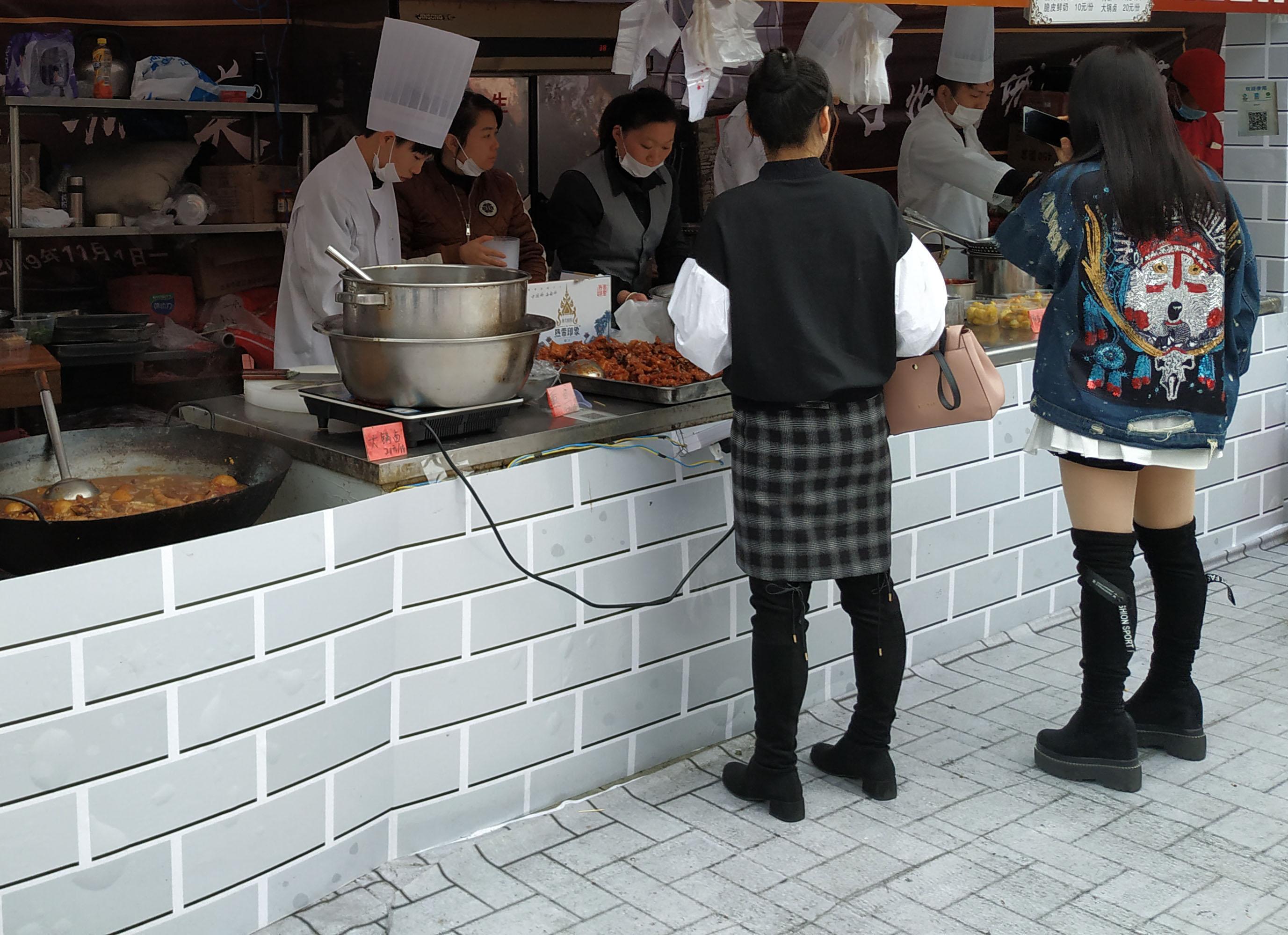 西安小伙到台州临海游玩,偶遇当地美食节,吃了济公发明的美食