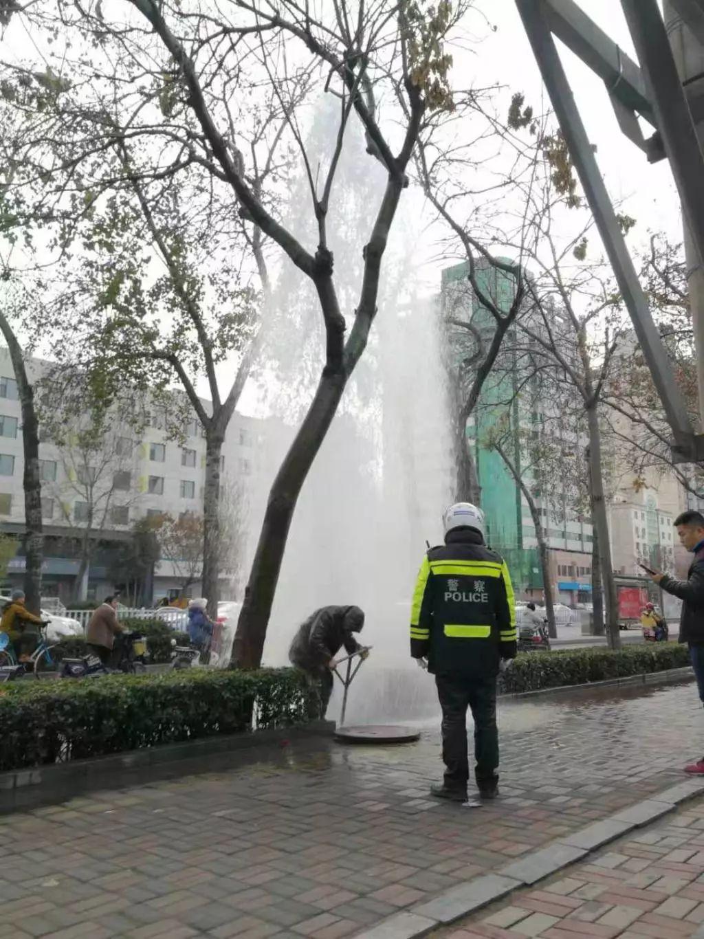 石家庄一道路旁水管突然破裂,水柱高达六米!到底怎么一回事?