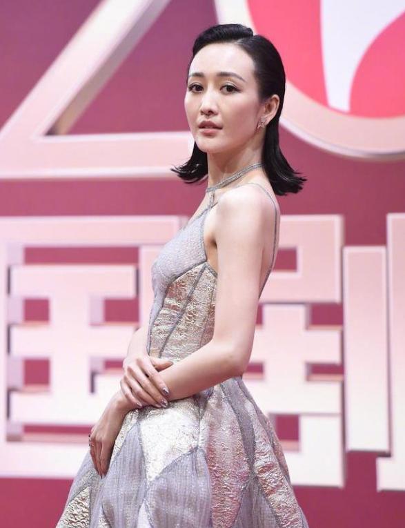 国剧盛典红毯明星穿得不同季:郑爽宋茜挨冻,贾乃亮张鲁一很暖和