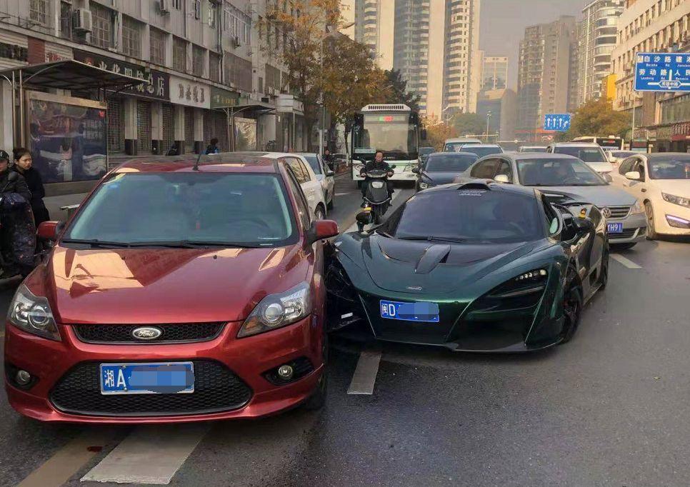 <b>翠摇魂车祸现场,闽D豪车司机甩出14万钞票,买</b>