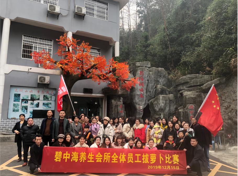岳阳市龙根绿志愿者协会组织志愿者帮助贫困户卖萝卜