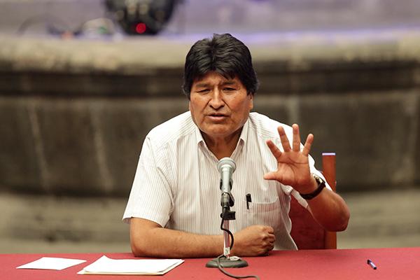 """玻利维亚临时总统称将向莫拉莱斯发逮捕令,指其""""煽动叛乱"""""""