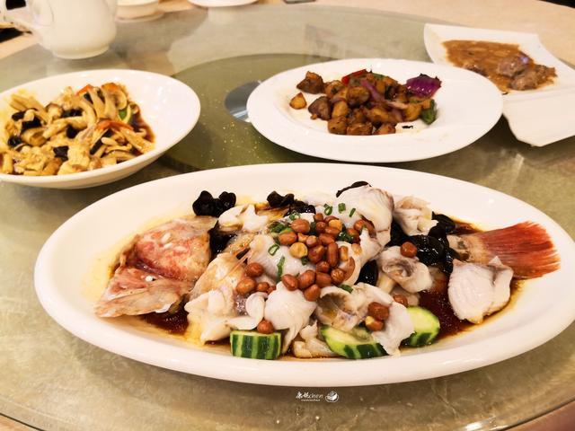 在一家小餐厅聚餐,4道菜中烧鹅最好吃,花了160元,您看怎