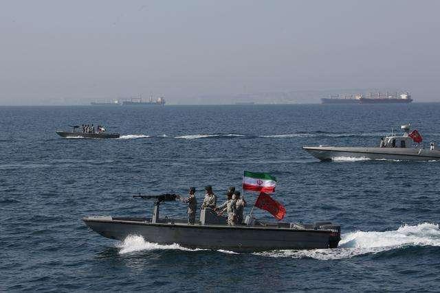 美航母穿越海峡 不料遭多艘军舰合围 铁杆盟友:敢动手就灭了它