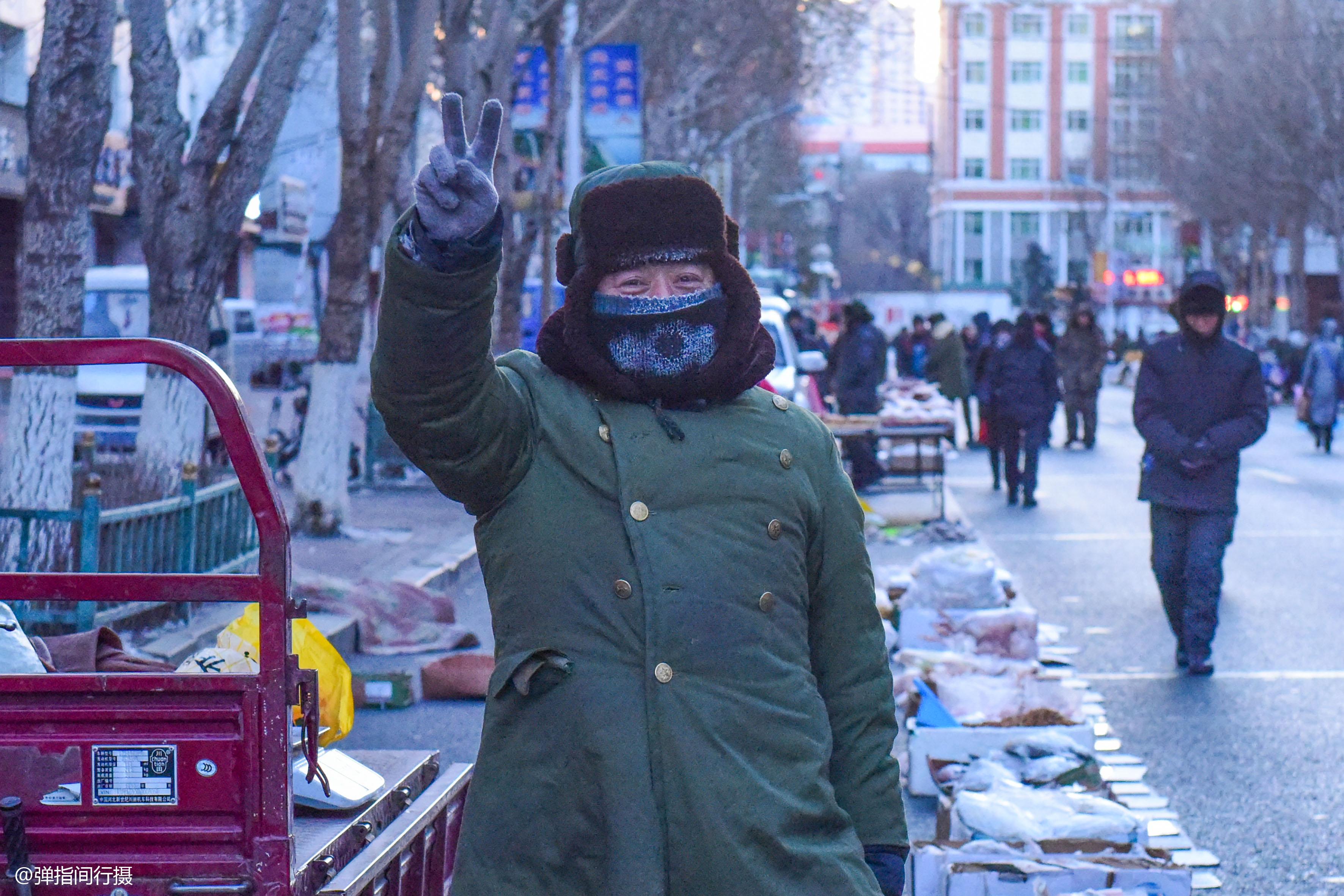 东北零下40度的早市,人们冒着严寒做生意,买卖一年四季不涨价