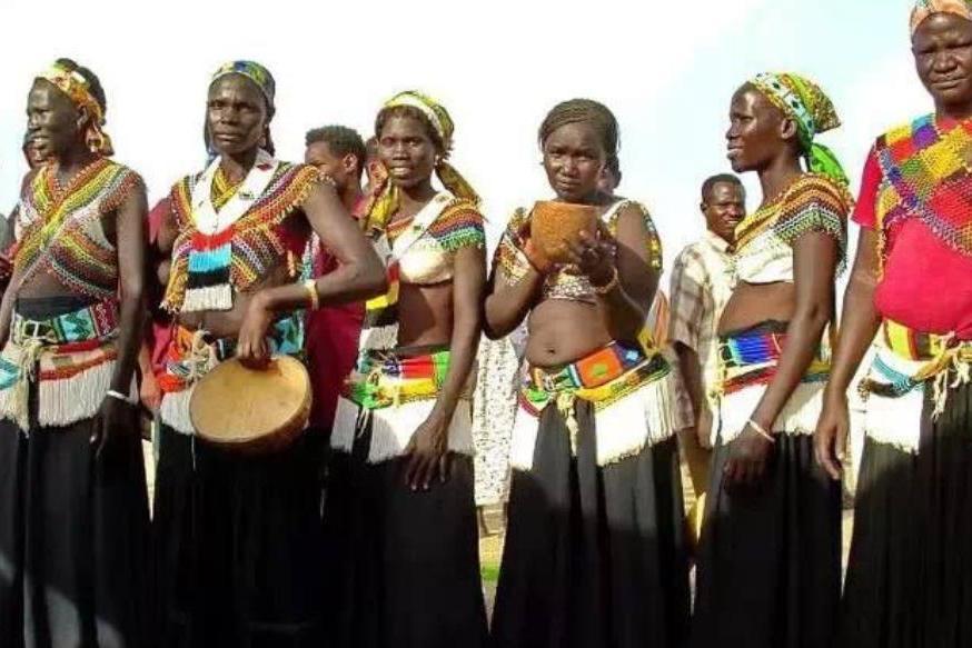 非洲古老的原始部落,女性为得到心仪的男子,忍痛享受鞭打习俗