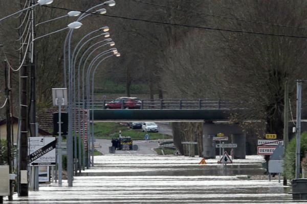 法国暴风雨导致两人死亡 40万人无电可用