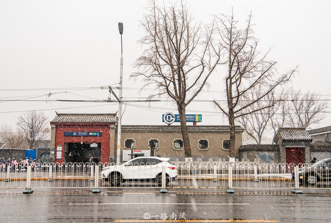 <b>北京下雪了,大街小巷美如画,游客高兴不已!</b>